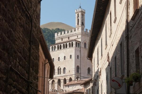 Veduta del palazzo dei Consoli da una via di Gubbio