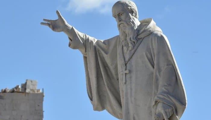 San Benedetto - statua